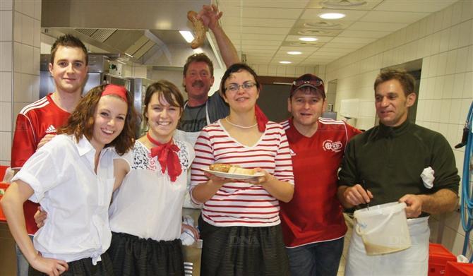 cuisiniers-serveurs-et-organisateurs-dans-les-coulisses-de-la-soiree-celtique-photo-dna